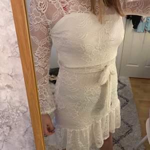 Sommrig vit klänning i spets från CC i storlek L (passar mig som vanligtvis har storlek M)