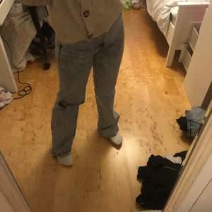 Super fina högmidjade jeans med ett hål, fr Zara, som tyvärr är lite för små vid midjan. Aldrig använda! 💕💞                                                                       Frakt ingår inte i priset, kan mötas upp i Stockholm