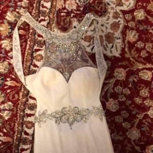 Bröllop klänning för en 167cm+ ungefär. Använt bara en gång. Har köpt den för 4000kr sista året och tvättat den en gång, pris diskuteras
