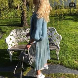 Säljer kjolen på bilden (lånade bilder). Den är i storlek 36😇 har aldrig använt den så den är i nyskick! Den är ljusblå med paljetter på 💫💗