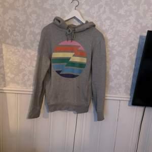 En fin hoodie köpt i USA 2019. Säljer den då den är för liten för mig som är 172cm. Den är i fint skick och den tvättas innan den skickas. Köparen står för frakten💕