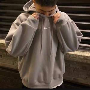 Jätte exklusiv och populär Nike hoodie i oversized passform finns kvar att köpa i få antal😍 Ps inte äkta Nike x fear of God utan rep, exakt den på bilderna som säljs🤩