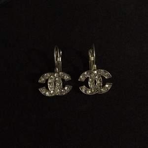 Fina chanel öronhöngen, inte äkta. Inga diamanter fattas eller så, endast testade och gillade dom inte. Dom tvättas såklart innan de skickas <3 frakten är 11kr<3