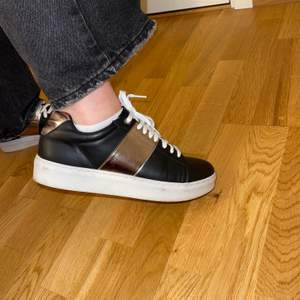 Sjukt snygga sneakers, tyvärr lite för stora för mig så därför säljs de. Använts ett fåtal gånger. Passar strl 39-41. Hämtas i Sollentuna.