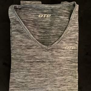 Fin träningströja från OTP, denna är också för liten för mig!! Använd fåtal gånger och är som ny🏋️🏋️♀️denna har en mörkare färg och är även långärmad