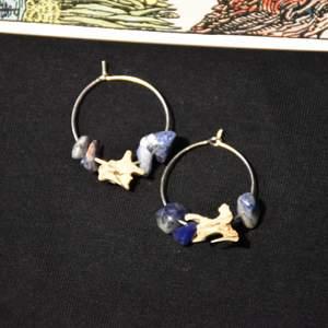 lapiz lazuli och ben från orm.