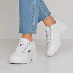 Säljer dessa fina vita sneakers från fila i modellen Strada Low Wmn. Använda några gånger men går lätt att rengöra och fräsha upp. Skriv om du har frågor!⭐️