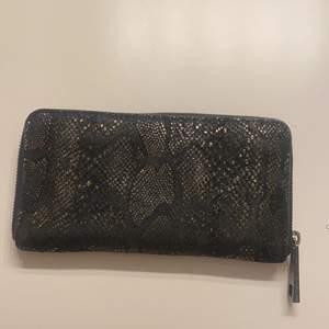 En så himla snygg plånbok som är ifrån frontrow en lite äldre modell men syns nästan inte, förutom att den är lite missfärgad på vissa dragkedjor som man ser på stats bilden! Annars i toppskick 🥰 Använde dagligen innan men har köpt en annan därav att jag säljer denna 😍