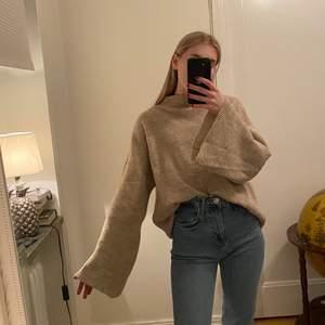 Beige stickad tröja med utsvängda armar. Jättemysig, sälja pga har tröttnat. Passar XS-M beroende på hur man vill den ska sitta. 100 kr inkl. frakt.