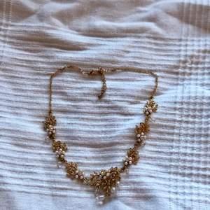 Superfina guld och silver halsband! Från min mosters gamla webshop. Finns 3 i silver och 3 i guld varav ett guldigt har matchande örhängen till. 59kr ~ Nickelfritt