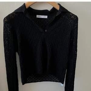 Vintage aktig broderad svart tröja ifrån Zara! Köptes i höstas men har tyvärr aldrig använt den alltså i nyskick! Kan användas med enbart bh under alternativt ett linne!
