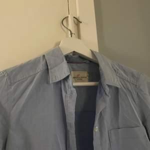 Ljusblå skjorta köpt på Lindex Skjortan är i storlek XS Frakt är inräknat i priset. Kan mötas upp i Norrköping!
