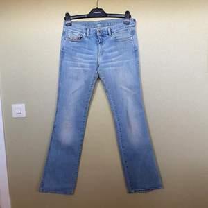 Lågmidjade low waist jeans från Diesel 28/32. Fint vintage skick, men något slitna baktill/nedtill, ingenting man tänker på när man har på sig dem. Beninnerlängd 83 cm.