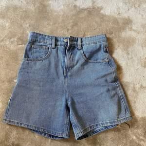 Lite längre shorts som slutar lite längre än mitten på låret. As coola men tyvärr alldeles för stora för mig så har inga bilder på eftersom de ser hel knasigt ut. Dom är köpa på ASOS men kommer från pretty little things ❤️