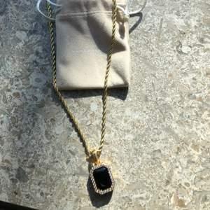 Älskar detta smycke, har dubbel uppsättning så säljer det ena. Kedjan är 50 cm lång, guld pläterat likaså hängsmycket! ♥️ Går såklart att köpa var för sig!!! ♥️ Hänge nypris 199 kr (mitt precis 150kr) ♥️ Kedja nypris 299kr (mitt pris 230kr) ♥️