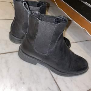 Jättefina svarta höst boots låga perfekta för vinter/hösten/våren. DM för fler bilder & intresse ❤️
