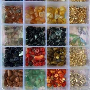 Alla dessa kristaller (se bild 1 och 2) går att få som olika smycken. Ringar, örhängen, halsband och armband. Hör av dig vid intresse och designa ditt eget smycke med kristaller! Pris diskuteras men ca 20-50 kr beroende på vad du köper. Örhängen finns även i klipps