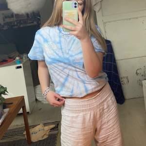 Tie dye tshirt med tryck fram och bak! Sjukt surrig Viberg och perfekt nu till sommaren! Bra material med trycket är lite urtvättat där bak (dock tycker jag personligen att det är mycket snyggare nu)