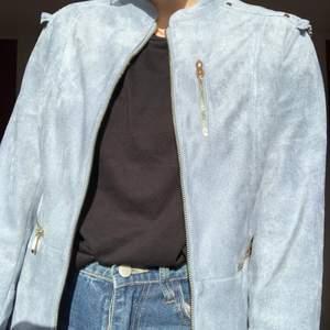 En fin, ljusblå, mockaliknande jacka. Jätte skön och med coola dragkedjor och knappar. 170kr med frakten inräknat