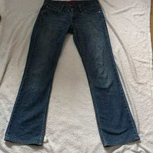 """Skit snygga y2k low wasited jeans från Levis. Modell : """" Eve""""❤️"""