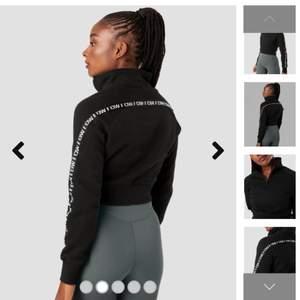 Croppad hoodie från Icaniwill. Aldrig använd. Storlek M. Nypris 549