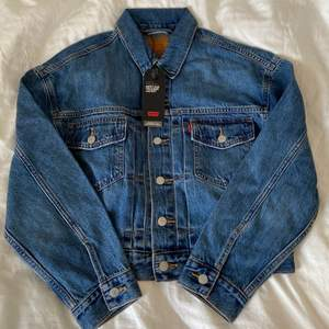 Helt ny jeansjacka från Levi's. Blå. Strl S! Möts upp i Stockholm eller så står köparen för frakt med PostNord för 66kr 💞😌💫
