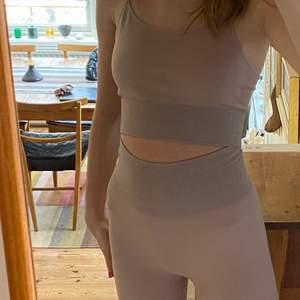 Träningskläder från hm i en fin rosa/ beige färg💗 bekvämt och snyggt att träna i. Toppen är i storlek S och byxorna i xs