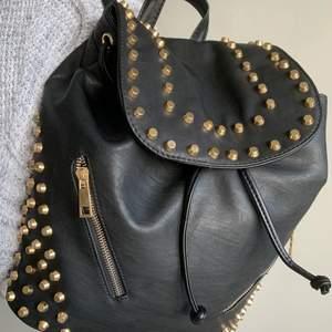 As ball skinn ryggsäck (ej äkta skin) med guld nitar! Använd ett fåtal gånger så är praktiskt sätt som ny! 🖤 Är flera intresserade blir det budgivning🤠.