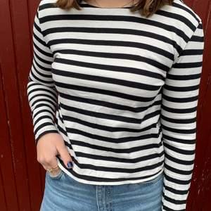 Svart/vit randig tröja från Gina Tricot i storlek M