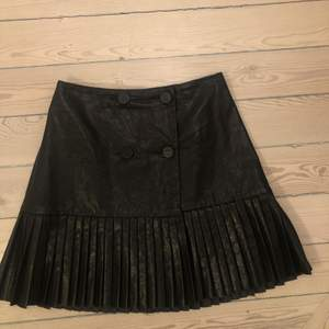 Jättefin kjol i skinnimitation från zara. Fint skick😊. Storlek xs