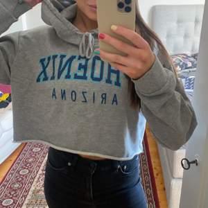 Croppad hoodie från Bik Bok i storlek M men passar även S🤍