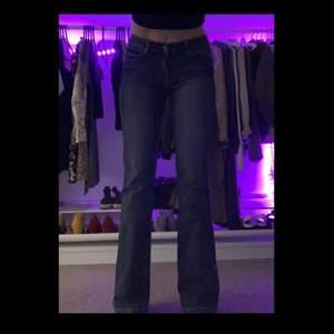 supersnygga vintage jeans med låg midja, är storlek 38 men tycker dom sitter rätt bra på mig som normalt är storlek 34💙säljs eftersom låg midja inte är för mig🌼