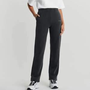 Ursnygga mjukisbyxor från Nicki Studios X Gina Tricot i storlek SMALL! Älskar att de är långa på mig som är 178cm. Gillar dom fortfarande, men säljer pga att ha råd med annat. Självklart tvättade innan försäljning. ❤️ (köpare står för frakt)