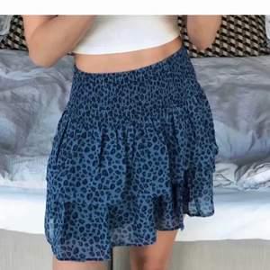 Säljer min superfina blåa kjol med blått leopardmönster, den är från barnavdelningen i strl 170 men passar mig med s💕