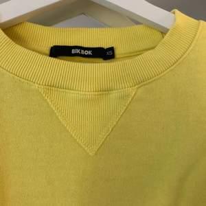Gul Bik Bok tröja ⭐️ Man kan dra åt tröjan längst ner så att man kan få en annan passform 🤩 Använd Max 2 gånger! Tröjan är i storlek XS, men skulle säga att den passar XS-M 🌝
