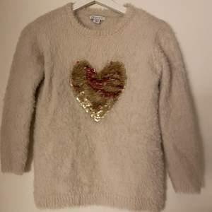 Säljer en tröja men ett hjärta som är gjort av paljetter! Kan hämtas eller fraktas men då står köparen för frakten!