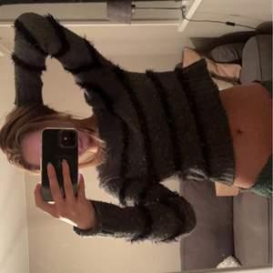 Så fin randig tröja, okänt märke. Köpt på second hand. Vet ej storlek men passar på mig som oftast bär s.