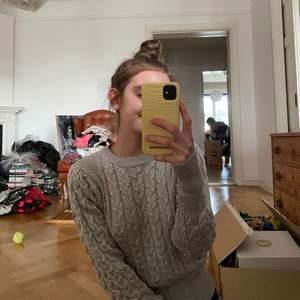 Glittrig stickad tröja från Mango🎊 varsamt använd 1-2 gånger🌸 den har lite piffig ärm vid axeln och sitter lite tajtare vid handleder och linningen😻 om man är jättekänslig när det gäller att det sticker så skulle jag nog avråda! Sticker inte så att jag någonsin tänkt på det men om man känner av lätt så skulle jag säga att avråda!