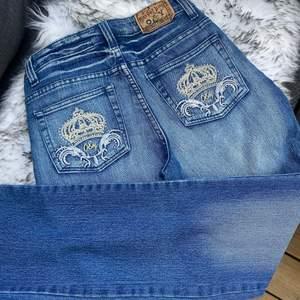 Sjukt fina vintage jeans med detaljer. Helt nya och dom är raka i modellen. 👑  Låg/mellan höga i midjan. Stl 38 men mer som 34/36 💙 Nypris var ca 800kr