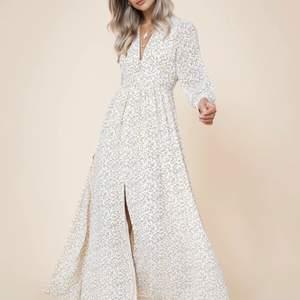 Jättefin klänning från adoore säljes pga fel storlek. Knappt använd i fint skick! Storlek 38