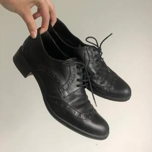 Super coola loafers från Parisienne med fina detaljer. Aningen slitna men lite puts fräschar nog upp :) köpare står för frakt!