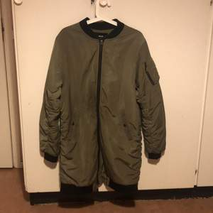 Säljer en lång bomberjacka från Bikbok för 400 kr + 66 kr spårbar frakt! Färg: Grön och orange. Jackan har inga hål eller smutsiga märken! Storlek L. Skicka ett meddelande om du är intresserad att köpa! #bikbok