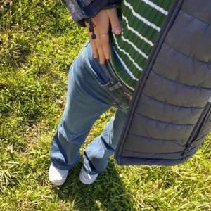 Mid waist jeans i flare. Jeansen är i vintage. Personen på bilden är 158 cm lång och alla bilder är mina. Jeansen är i storlek W26 L32. Köparen står för frakten. Det är bara att skriva om man vill ha mått eller annat
