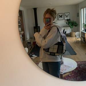 En super cool handväska som jag har sytt själv. Den är super bra att ha för den är större än andra vätskor tex shein och h&m väskor. Lägg gärna bud i kommentarerna 🤎