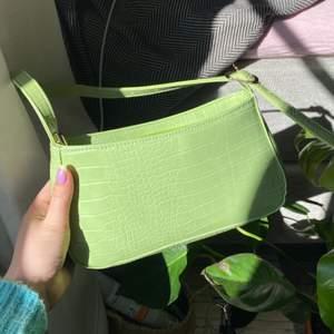 Verkligen superfin väska från SHEIN! Jag tycker kvaliteten är jättebra på den och färgen är hur fin som helst. Jag har endast använt den en gång då jag är i behov av en större väska. Därmed är den i nyskick! Frakt tillkommer❣️