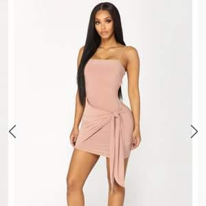 Jättemjuk klänning med knytning i sidan