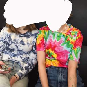 Säljer tröjan till höger‼️ Påminner mig om en  hippie tröja vilket är perfekt om man ska på någon temagrej eller likande :)