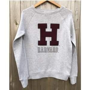 En riktigt cool tröja från H&M med ett Harvard tryck på. Tröjan är aldrig använd. Den är i storlek S men är oversized. Den har en bra passform och passar alla beroende på hur man vill att den sak sitta. Frakten är inkluderad i priset. (Första bilden är inte min)