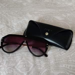 Sjukt snygga solglasögon från Shein. De är tyvärr för stora för mig och det är endast därför jag säljer dessa :( Sjukt bra kvalitet , skulle aldrig gissa att de va så pass billiga ;)             (de ser lite bruna ut på bilden men de är svarttonade irl)