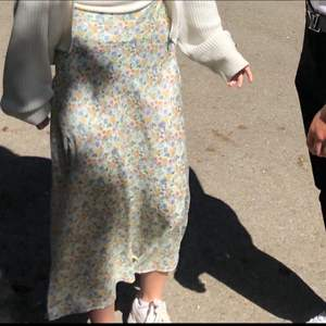 Jättefin blommig kjol från Zara, jättebra skick. Köparen står för frakt 💕 skriv privat kan ej se kommentarerna. Många intresserade så skicka bud privat till mig 🥰 ! Svarar inte för tillfället på denna annons då jag inte har tid!